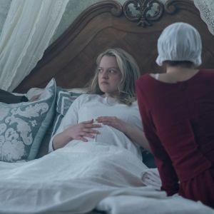 Bild från tv-serien Handmaid's Tale som baserar sig på en roman skriven av Margaret Atwood.