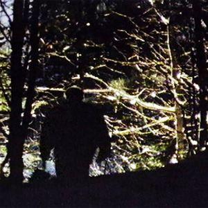 Pimeästä metsässä kulkee mies