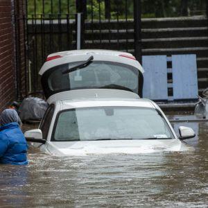 Useat autot olivat jääneet tulvavesien alle Britanniassa. Kuva Pontypriddista, Etelä-Walesissa.