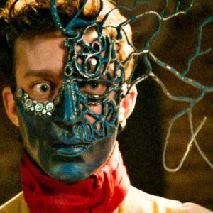 Edouard (Nahuel Pérez Biscayart) on pukeutuneena naamioon elokuvassa Näkemiin taivaassa