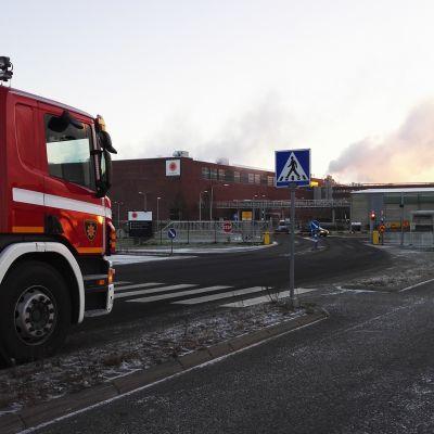 Paloauto Stora Enson tehtaan edustalla Kemissä.