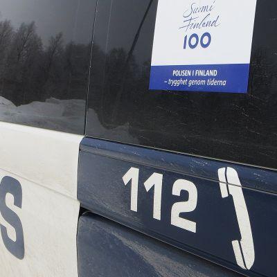 Poliisiauto parkissa talvella.