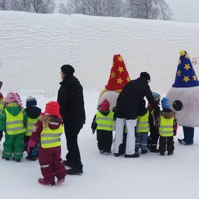 Päiväkotiryhmä vierailulla Kemin Lumilinnassa.