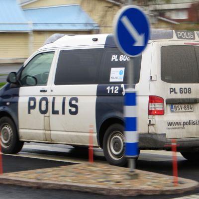 Poliisiauto ajaa tiellä.