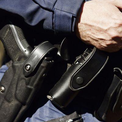 poliisilla ase kotelossa