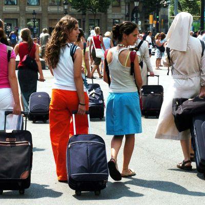 Ryhmä turisteja Plaza di Catalunyalla Barcelonassa.