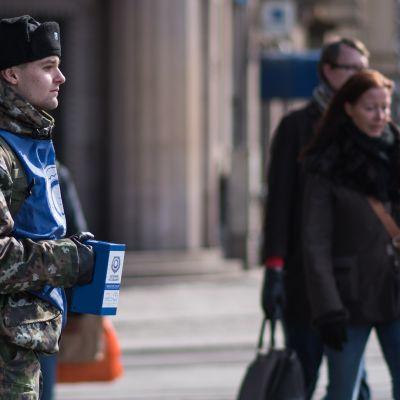 Varusmies kerää rahaa sotaveteraanien hyväksi.