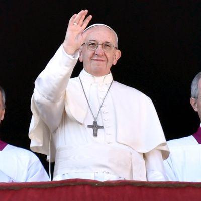 Paavi Franciscus heiluttaa parvekkeelta.