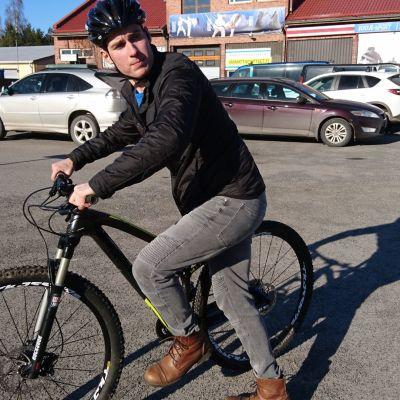 Jarno Stenroos polkupyörän selässä