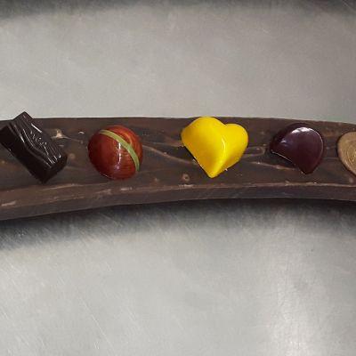 Käsintehtyjä suklaakonvehteja.