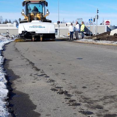 Uusi hiekanpoistolaite putsaa kevyen liikenteen väylää.