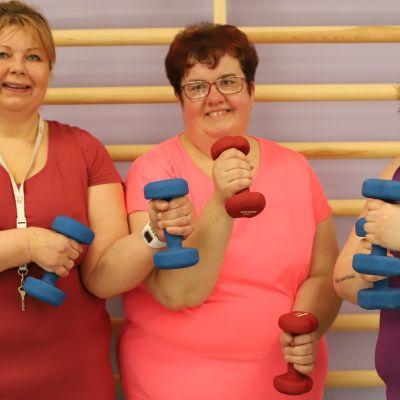 Anika Ahokannas, Maria Lehmuskallio-Loula ja Heidi Haraholma esittelevät punttejaan.