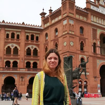 Alejandra Oliver seisoo härkätaisteluareenan edessä