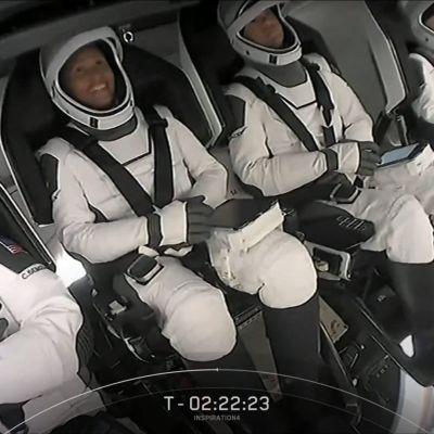 Siviilimiehistö SpaceX-raketin kyydissä ennen lennon laukaisua.