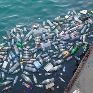 muovipulloja meressä