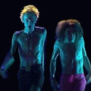 Sielun Veljet esittävät heimotanssia musiikkivideolla Säkenöivä voima.