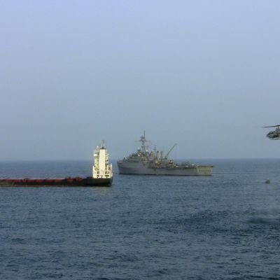 Merirosvojen kaappaamaa rahtilaivaa pelastetaan.
