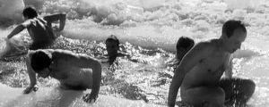 Miehet uivat avannossa