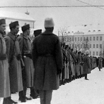 Viron armeijan ylipäällikkö vastaanottaa ensimmäiset suomalaiset vapaaehtoiset sotilaat Räävelin torilla Tallinnassa 30.12.1918.