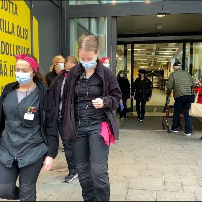 Kokkolan Halpahallin työntekijät marssivat ulos maskit naamalla.