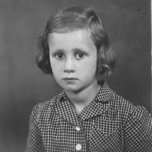 Eeva Lennon viisivuotiaana ruutumekossaan valokuvaajan studiossa