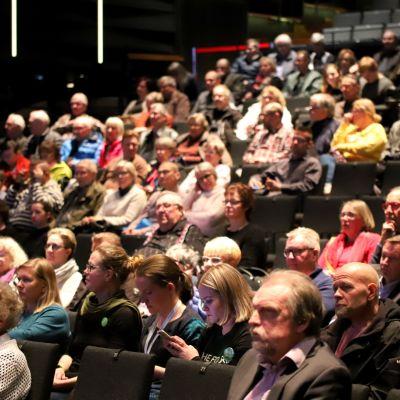 Yleisöä katsomossa