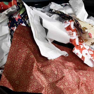 Joululahjapapereita roskalaatikossa.