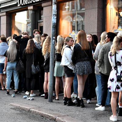 Ihmiset jonottavat ravintolaan Helsingissä 15. heinäkuuta 2020.