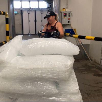 Helsinkiläinen yrittäjä tuo jääpaloja Suomeen ja kuskaa niitä ravintoloihin pakettiautolla