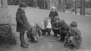 Ingermanländska barn leker på flyktingcentret i Oitti år 1943.