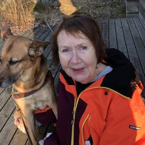 Kulttuurintutkija Marja-Liisa Honkasalo ja koira.