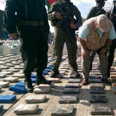Kolumbialaiset poliisit tutkivat banaaniviljelmältä löytynyttä kokaiinikätköä Turbossa.