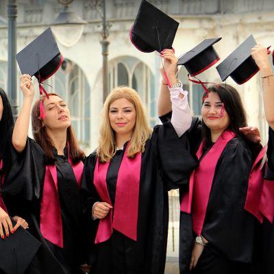 Irina Pican (keskellä) unelmoi hammaslääkärin urasta Yhdysvalloissa. Naiset juhlivat yliopiston päättäjäisiä Constantan satamakaupungissa Romaniassa.