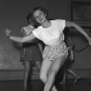 kvinna gymnastiserar 1950