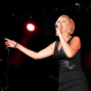 Sanna Nielsen sjunger på scen.