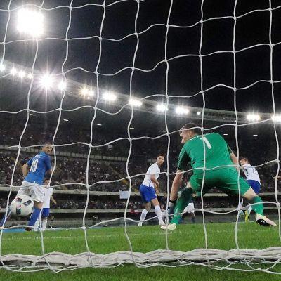 Lukas Hradecky släpper in ett mål, Italien-Finland, juni 2016.