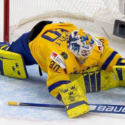 Hugo Alnefelt på knä då pucken går in i nät.