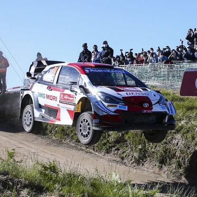 Kalle Rovanperä i sin Toyota flyger efter en hoppa.