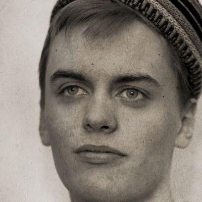 Rasmus Fors esittää Johannes Voutilaista