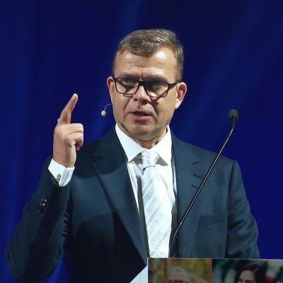 Petteri Orpo pitämässä linjapuhettaan puoluekokouksessa.