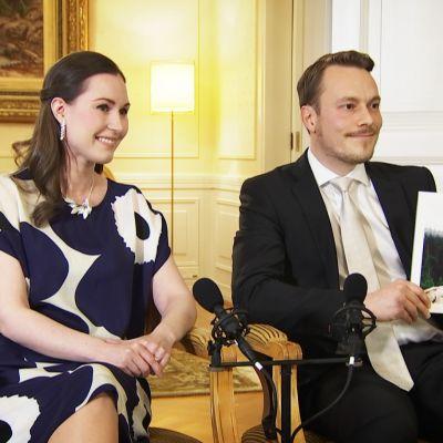 """Pääministeri Sanna Marin ja puoliso Markus Räikkönen harvinaisessa yhteishaastattelussa: """"Tänään opetimme tyttärelle, että nyt on Suomen syntymäpäivä"""""""
