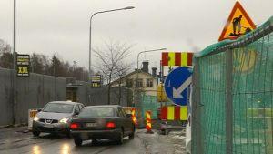 Bilar möts i rörigt trafikarrangemang i centrala Vasa.