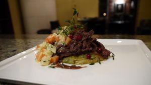 Samuel Mikander: Hjortstek i lingonsky med stuvade grönsaker och potatis och purjolöks rösti