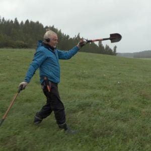 Reijo Hyvönen osoittelee lapiolla