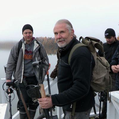 Menneisyyden metsästäjät järvellä.