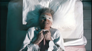 David Bowie musiikkivideossa Lazarus (2016).