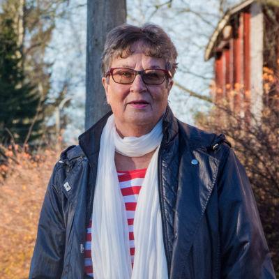 Anita Wikman framför Munsala kyrkas klockstapel