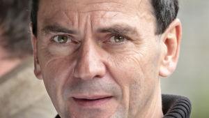 Regissören Christian Petzold poserar.