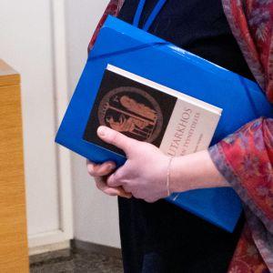 Plutarkhos Mielen tyyneydestä Tytti Yli-Viikarin kädessä Suuressa valiokunnassa.