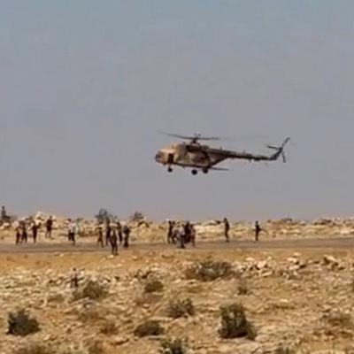 Jezid-flyktingar samlas kring en helikopter vid injar-bergen i norra Irak.